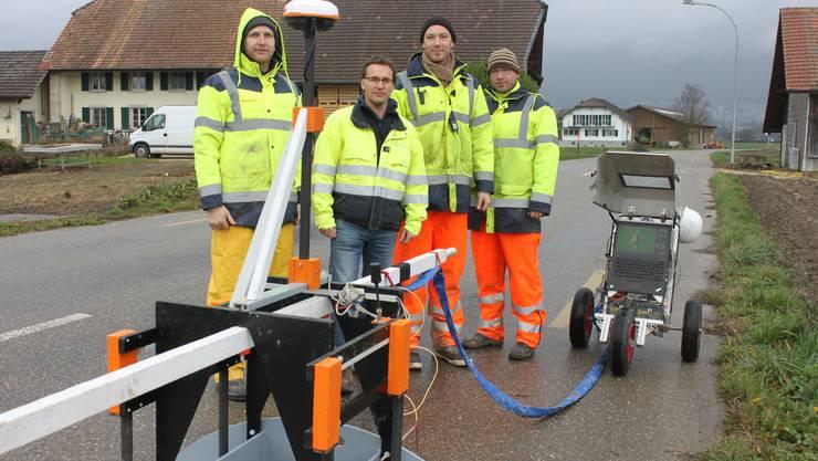Wasserleitungs-Untersuchung an der Staadstrasse mit von links Teamleiter Mark Glinka (Firma Empit GmbH), Gerd Rettschlag von der SWG , Alexander Kroll und Sebastian Sasse.