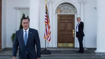 Trotz kritischen Äusserungen in Richtung Donald Trump (r.) war Mitt Romney (l.), hier in Trumps Golf Club in New Jersey, im Gespräch für ein Ministeramt.
