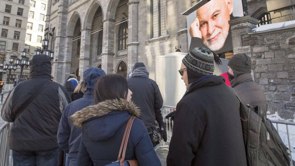 Warteschlange vor der Kirche, in der Rene Angelil, der Gatte und Manager von Céline Dion, aufgebahrt liegt.