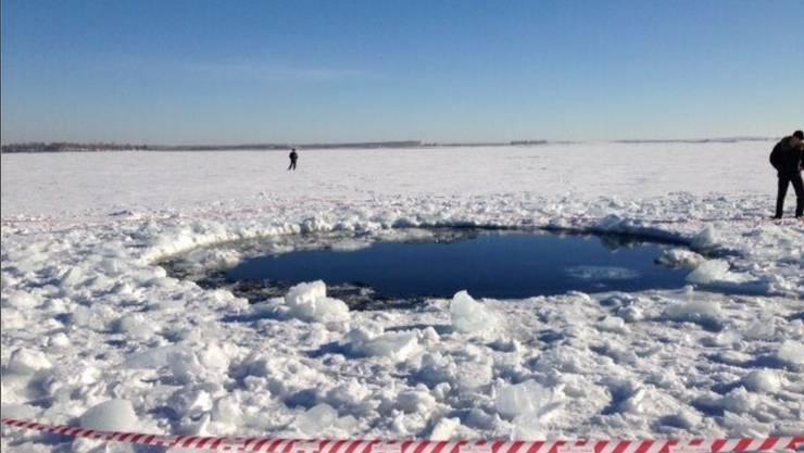 Teile des Meteoriten schlugen im Tscherbakul-See ein und rissen rieseige Löcher in die Eisschicht.