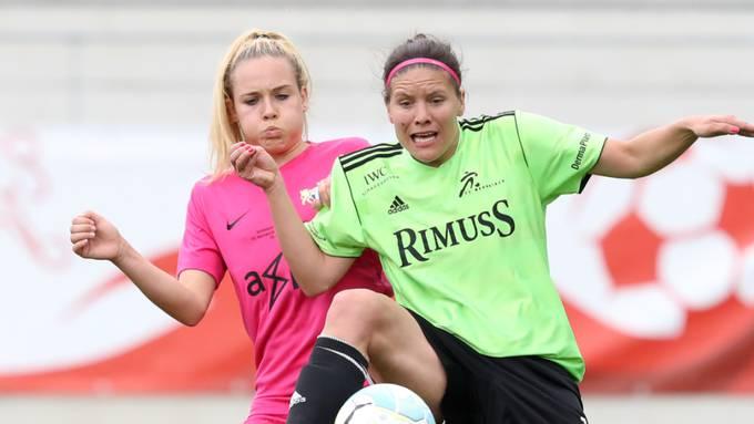 Da war das Spiel noch in vollem Gange: Lucia Ondrusova (rechts) von Neunkirch kämpft gegen die FCZ-Spielerin Riana Fischer