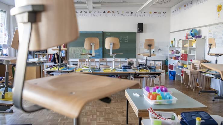 Blick in ein leeres Schulzimmer in der Primarschule Tellenmatt in Stans. Eine weitere Schliessung bleibt nicht ohne Folgen.