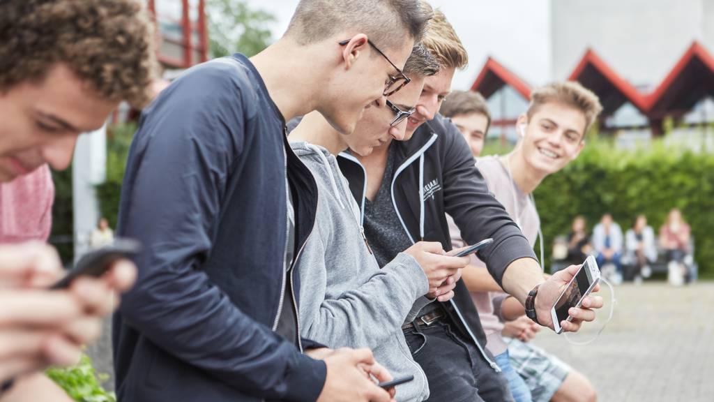 Eine Studie befasst sich mit den Bildschirm-Gewohnheiten von Schweizer Jugendlichen.