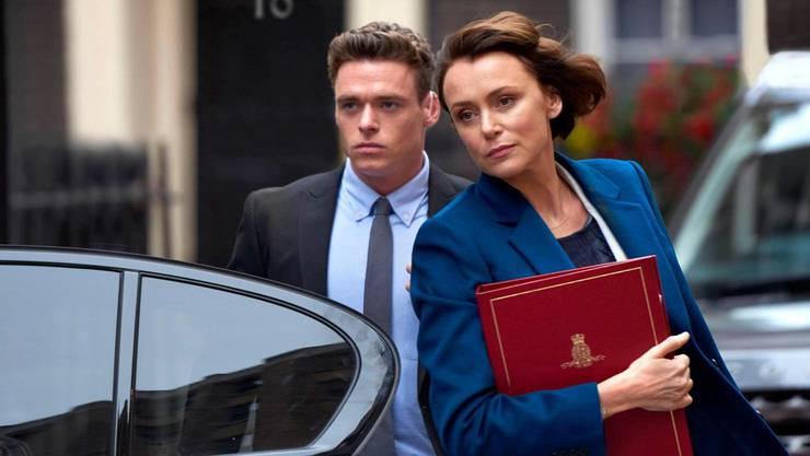 Nach einer heldenhaften Tat wird David (Richard Madden) zum Leibwächter der britischen Innenministerin (Keeley Hawes) befördert. Er kommt ihr näher – und einer Verschwörung auf die Spur. Die sechsteilige Serie ist hoch spannend und voller Überraschungen. Ab jetzt auf Netflix.