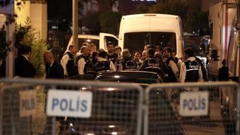 Forensiker der türkischen Polizei treffen beim Konsulat Saudi-Arabiens ein. Sie durchsuchten die Räume.