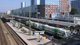 Der Hauptbahnhof in Freiburg im Breisgau wird wegen der Entschärfung einer alten Fliegerbombe geräumt. (Archivbild)