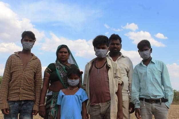 Budhu Baimit mit ihrem Mann Pappu Adivasi und den vier Kindern im Dorf Bandha.