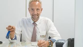 Die Mitarbeiter von Basel Tourismus am Bahnhof SBB übergeben neu gegen eine Gebühr von 30 Franken Wohnungsschlüssel an Airbnb-Gäste.