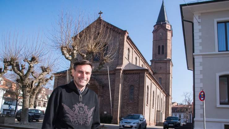 Pfarrer Thorsten Becker vor seiner Kirche in Lörrach.