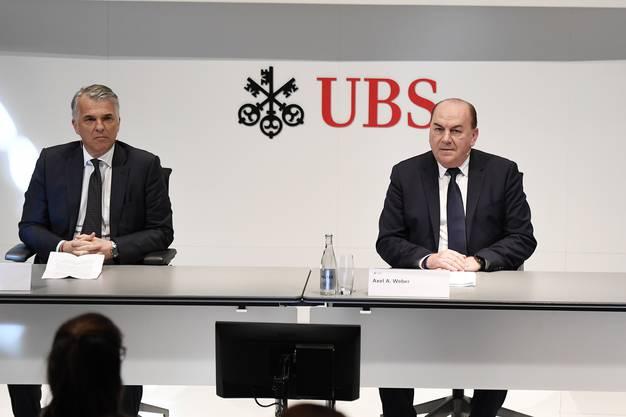 UBS-Präsident Axel Weber (rechts) soll die treibende Kraft der Fusion sein. Konzernchef Sergio Ermotti (links) sagt zu den Gerüchten: «Kein Kommentar.»