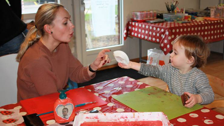 Sina Zbinden und Töchterchen Milay bemalten eine Seifenverpackung.