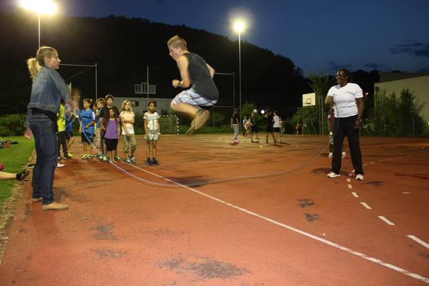 Jugendliche beim Seilhüpfen