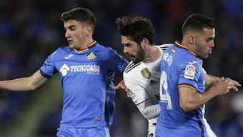 Real Madrids Isco (Mitte) biss sich an Getafes Spielern die Zähne aus. Nun trifft Getafe in der Europa League auf den FCB.