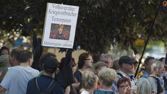 Während eines Besuchs der deutschen Kanzlerin Angela Merkel in Dresden hatten Anhänger der AfD und der fremdenfeindlichen Pegida-Bewegung demonstriert.