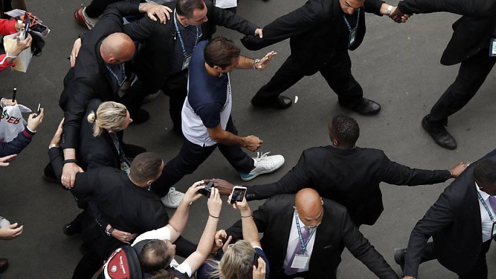 Roger Federer wird in Roland Garros zum Medienzentrum eskortiert