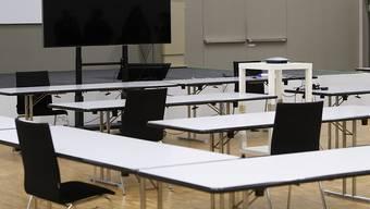 Der leere Saal für den Ständerat auf dem Bernexpo-Gelände im Aufbau. Wegen der Coronavirus-Pandemie kann die ausserordentliche Session des National- und Ständerats nicht im Bundeshaus durchgeführt werden. (Archivbild)