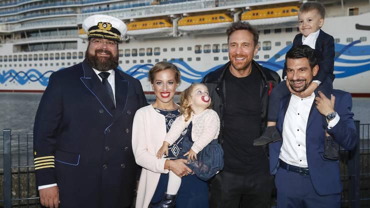 Kapitän Boris Becker zusammen mit der Tauffamilie und Star DJ David Guetta