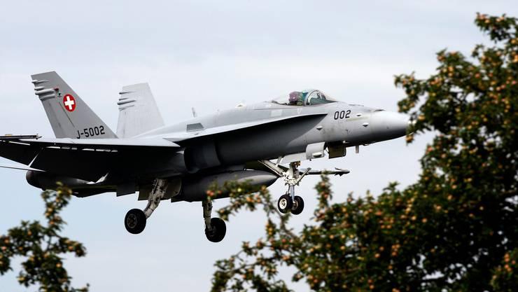 Soll unter anderem ersetzt werden: Ein Kampfjet F/A-18 der Schweizer Luftwaffe beim Anflug auf den Flugplatz Emmen. (Archivbild)
