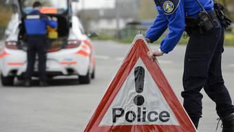 Die Waadtländer Kantonspolizei ist am Donnerstagmittag mit einem Grossaufgebot nach Prilly VD ausgerückt, wo ein Mann auf seine Ehefrau geschossen hatte. (Archivbild)