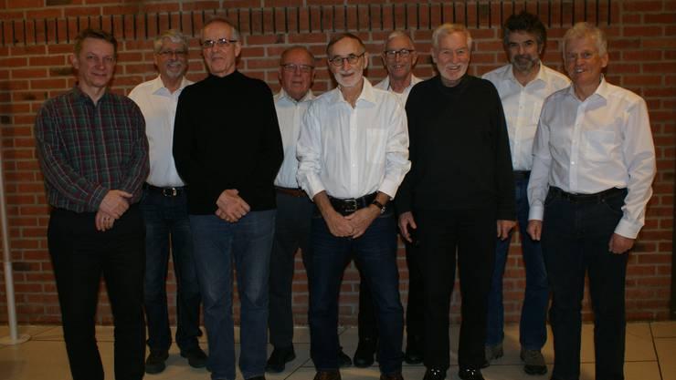 Von links: Dirigent Jürg M. Rickli , Präsident Beat Gilomen, Neumitglieder Ernst Rüegg, Hugo Mühlemann, Ueli Bühler , Peter Maier , Hansruedi Freudiger , Neues Ehrenmitglied Willy Geiser ; Ueli Hug