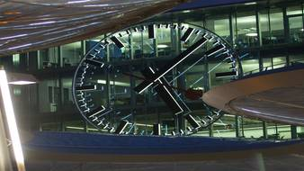 Schön sieht die beleuchtete Bahnhofuhr in Aarau aus – wenn man sie überhaupt erspäht. pascal meier