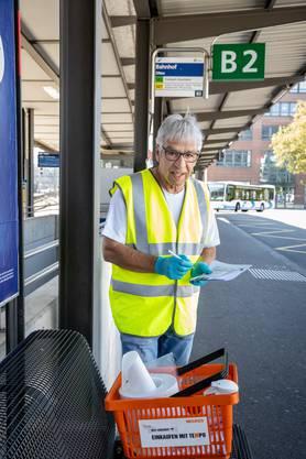 Seine weiteren Erkennungsmerkmale sind: Roter Einkaufskorb, belegt mit Haushaltpapier, Sprühflasche, Desinfektionsmittel, Handschuhen, Gesichtsmaske.