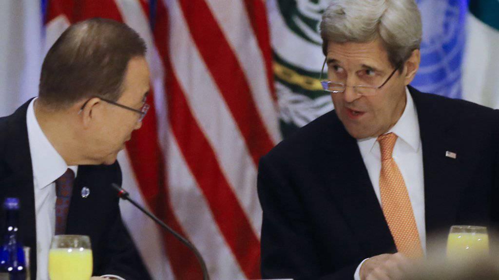 UNO-Generalsekretär Ban Ki Moon und der US-Aussenminister John Kerry sprechen vor der Sitzung der Syrien-Konferenz. Ein Resolutionsentwurf soll noch am Freitag dem UNO-Sicherheitsrat vorgelegt werden.