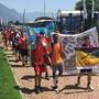 Auch auf den letzten Metern machten die Jugendlichen mit wehenden Fahnen auf ihr Projekt aufmerksam.