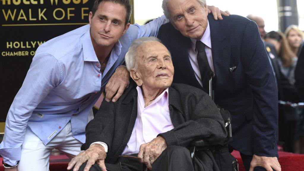 Michael Douglas (r.) sein Vater Kirk Douglas und sein Sohn Cameron Douglas am Dienstag bei der Zeremonie auf dem Hollywood Walk of Fame.