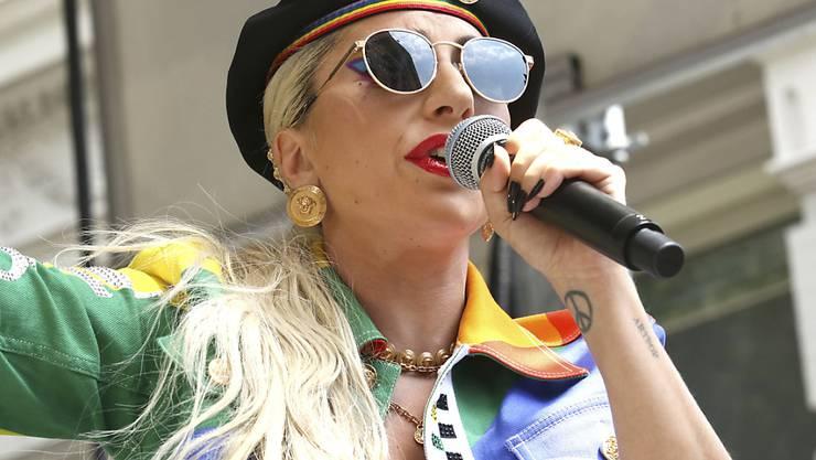 """Lady Gaga ist bei einer Feier zum Jahrestag der Stonewall-Proteste, einem Wendepunkt für die Schwulenbewegung, überraschend aufgetreten. """"Ihr seid so geboren, und ihr seid Superstars!"""" sagte sie in Anspielung auf ihren Song """"Born This Way"""". Dieser wurde zu einem Hit der Homosexuellenbewegung."""
