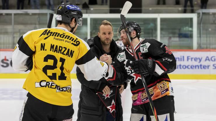Die Spieler des FC Aarau unterstützen die Argovia Stars in der Keba - Markus Neumayr durfte den Puckeinwurf vornehmen.