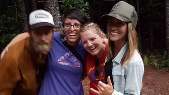 Susann Schuh (2.v.l.) mit anderen Helfern, nachdem bekannt wurde, dass Amanda Eller gefunden worden war.