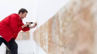 Jan Hofer hängt im Vorfeld der Ausstellung 468 Fliesen an die Wände seines Raums im Aargauer Kunsthaus.