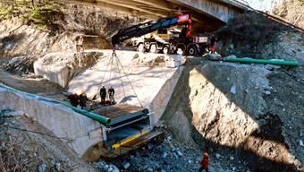 Die über sieben Tonnen schwere Stahlkonstruktion der Messanlage wurde zentimetergenau in die Aussparung der aus Beton gefertigten Wildbachsperre im Illgraben eingebaut.