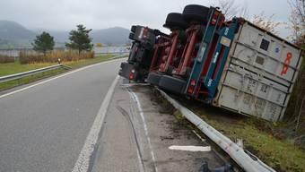In der scharfen Kurve verlor der Lastwagenchauffeur die Herrschaft über sein Fahrzeug, das umkippte.