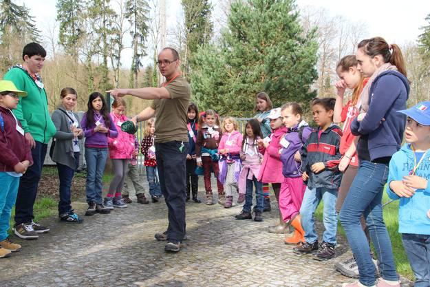 Sozialdiakon Michael Schatzmann erklärt den Kindern das Namensspiel