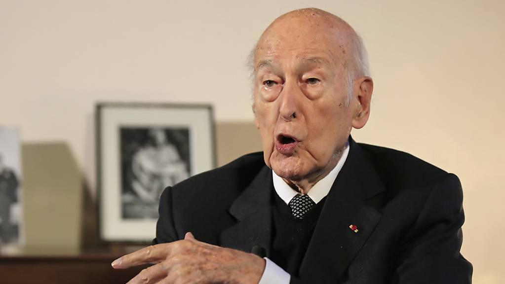 Valéry Giscard d'Estaing, ehemaliger französische Staatspräsident, spricht während eines Interviews mit der Associated Press. Giscard d'Estaing hat nach einem fünftägigen Aufenthalt das Krankenhaus im westfranzösischen Tours wieder verlassen. (Archiv)