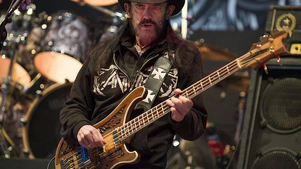 Motörhead-Frontmann Lemmy Kilmister bei einem Auftritt in der Schweiz.(Archiv) Seine Fans wollen ein neu entdecktes superschweres Element nach ihm benennen.