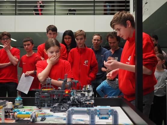 Beim internationalen Robotik-Wettbewerb «First Lego League» (FLL) präsentieren sieben Teams aus der Region an der FHNW ihre selbst gebauten Lego-Roboter. Das Team mindfactory aus Baden wurde seiner Favoritenrolle gerecht.