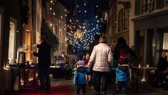 Romantische Stimmung bei Glühwein und Märchenerzählern am Adventszauber in der Badener Altstadt von der Rathausgasse bis zur Kronengasse, 2015