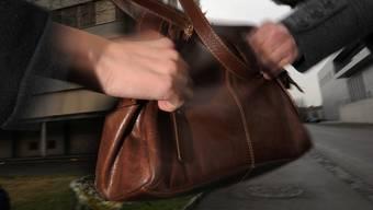 Auf der Zürcherstrasse in Baden hat ein Unbekannter versucht, die Handtasche einer jungen Frau zu stehlen (Symbolbild).