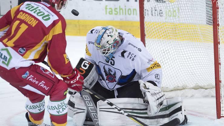 Langnauer Sieger im Duell mit Fribourg-Goalie Ludovic Waeber: Aaraon Gagnon