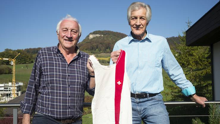 Wiedmer (links) und Riedo mit einem Schweizer Nationalleibchen, das sie vor 50 Jahren trugen.