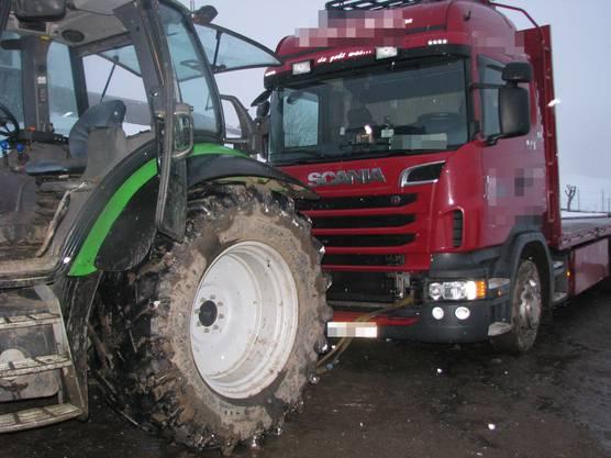 Ein Mann verletzte sich, als er zwischen den Traktor und den Lastwagen geriet.