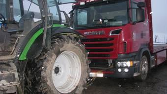 Mann wird zwischen Traktor und Lastwagen eingeklemmt