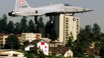 Ein Tiger F-5 im Landeanflug auf Emmen (Archiv)