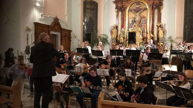 Die Jugendmusik Gösglingen spielt unter der Leitung von Christoph Oeschger am Weihnachtskonzert der Musikschule Niedergösgen.