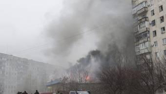 Ein beim Angriff in Brand geratenes Gebäude