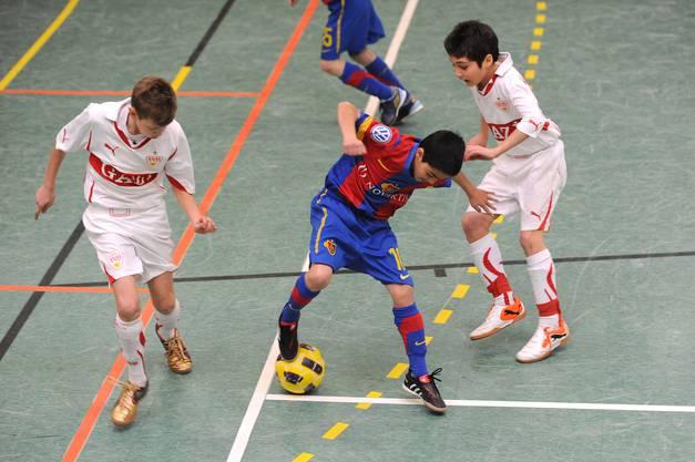 Adriano Ferreira (mitte) vom FCB behauptet sich gegen eine Übermacht.