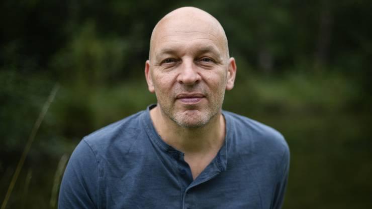 Der Schweizer Autor Tim Krohn steht in einer engen Beziehung zu Natur und Tieren. (Keystone/GIAN EHRENZELLER)